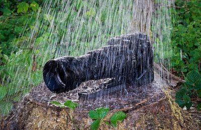 Spritzwassergeschützte Panasonic G91 mit Leica 100-400 im Gießkannen-Regen