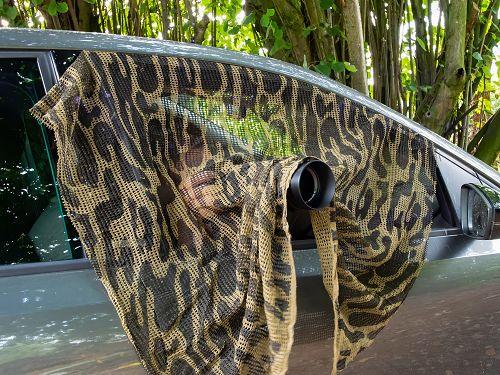 Fotoansitz im Auto mit Tarnnetz auf Fasane