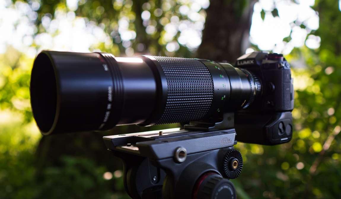 Der Crop-Faktor der Panasonic G9 (FourThirds-Sensor) beträgt 2x. Das ergibt mit dem Minolta MC 400mm f5.6 APO Tele Rokkor eine kleinbildäquivalente Brennweite von 800mm