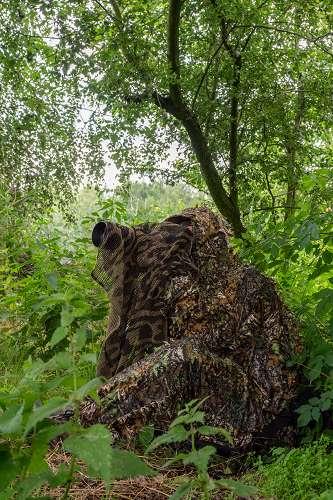 Wildtierfotograf bedient Kamera und Objektiv blind