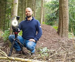 Sven Caspers von Waldfoto.de vor einem Ameisenhaufen